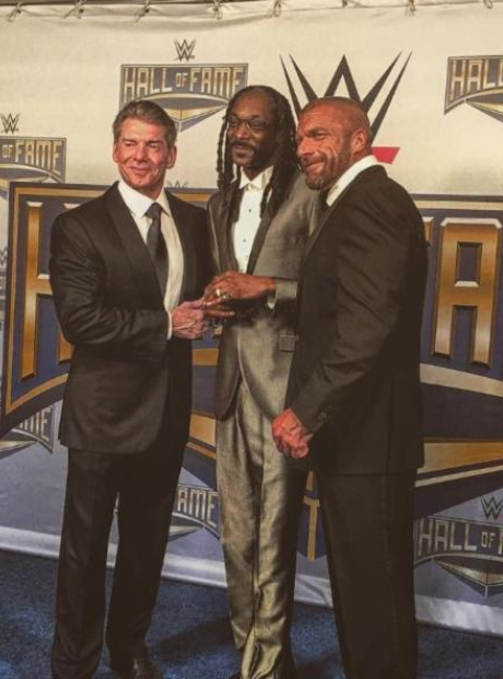 Snoop Dogg receiving WWE Hall Of Fame award