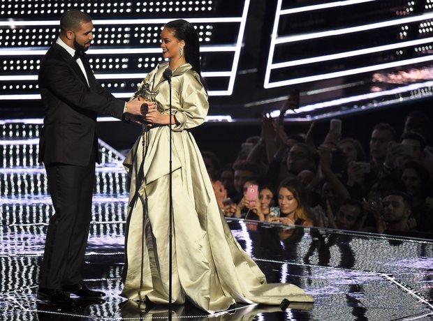 Drake presents Rihanna with award MTV VMAs 2016